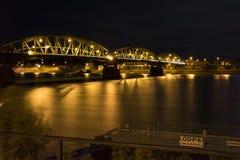 Långt exponeringsfoto av bron över flodDonauen Royaltyfri Fotografi
