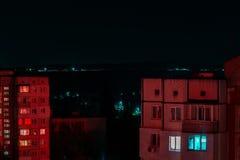 Långt exponeringsfoto av höghus i röda och blåa ljus NattCityscape, Hall Storstadliv royaltyfri fotografi