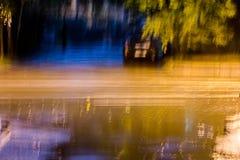 Långt exponeringsfoto av natttrafik Suddiga billjus Royaltyfria Foton