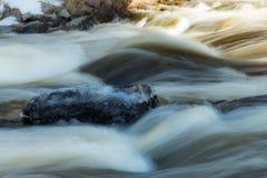 Långt exponeringsfoto Grov flod Jokelanjoki och stenar i vatten, Kouvola, Finland royaltyfria bilder