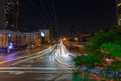 Långt exponeringsfoto längs aveny Arkivfoton