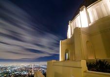 Långt exponeringsfotografi av moln på Griffith Observatory Los Angeles, CA arkivbilder