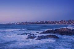 Långt exponeringshavslandskap Porto observerade från Vila Nova de Gaia, Portugal Royaltyfri Bild