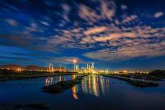 Långt exponeringslandskap för lågt ljus av oljeraffinaderikraftverket Royaltyfria Bilder