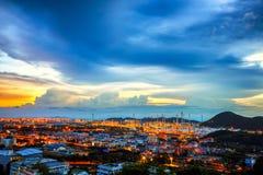 Långt exponeringslandskap för lågt ljus av oljeraffinaderiväxten Arkivfoton
