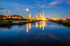 Långt exponeringslandskap för lågt ljus av oljeraffinaderiväxten Arkivbilder