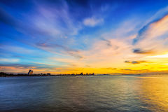 Långt exponeringslandskap för lågt ljus av pattaya med färgrik solnedgång Royaltyfria Foton