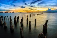 Långt exponeringslandskap för lågt ljus av pattaya med färgrik solnedgång Royaltyfri Fotografi