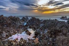 Långt exponeringslandskap för lågt ljus av Rock tips på den Jurassic kusten Royaltyfria Bilder
