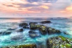 Långt exponeringslandskap för lågt ljus av solnedgången över havet Royaltyfri Bild