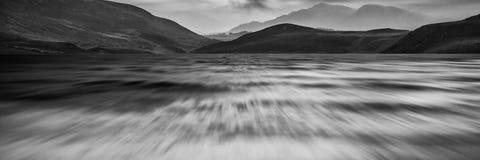 Långt exponeringspanoramalandskap av stormig himmel- och bergove Royaltyfria Foton