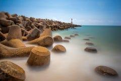 Långt exponeringsseascapelandskap av vågsäkerhetsbrytaren på Terengganu, Malaysia Royaltyfria Bilder