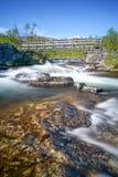 Långt exponeringsskott av floden i norr Sverige på solig dag arkivfoton