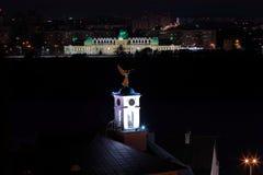 Långt exponeringsskott för natt av en vindavtagande i en form av en ängel royaltyfri bild