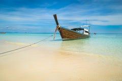 Långt fartyg och tropisk strand, Andaman hav, Koh Rok, Thailand Royaltyfri Fotografi