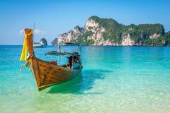 Långt fartyg och tropisk strand, Andaman hav, Phi Phi Islands, Thaila royaltyfri bild