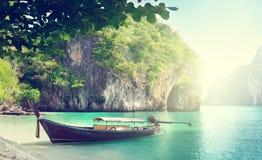 Långt fartyg på ön royaltyfri bild