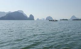 Långt fartyg på ön i Thailand Royaltyfri Foto