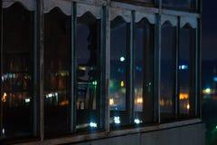 Långt foto för exponeringscityscapenatt Balkong med fönster som låts till och med ljusen fotografering för bildbyråer