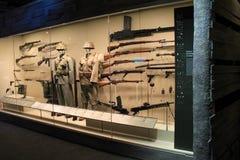 Långt glass fall med utställningen av vapen och likformig för soldat` s, WWII-museum, New Orleans, 2016 Arkivfoto