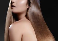 Långt hår för mode Härlig brunettflicka Sund rak skinande hårstil Slät frisyr Keratinbehandling, brunnsort royaltyfria foton
