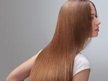 Långt hår. Härlig kvinna med sunt brunt hår. Arkivbild