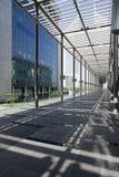 Långt hall på Dubai International den finansiella mitten Arkivfoton