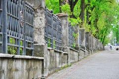 Långt konkret staket med metallmellanlägg fotografering för bildbyråer