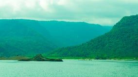 Långt kulleområde nära floden Arkivfoto