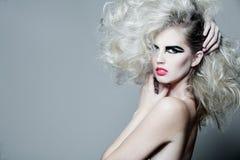 långt kvinnabarn för attraktivt lockigt hår royaltyfri bild