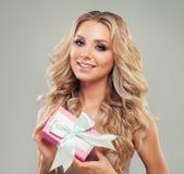 långt kvinnabarn för blont hår Göra perfekt modellen Holding Gift royaltyfri fotografi
