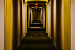 Långt lägenhethall fotografering för bildbyråer