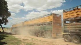 Långt lastlastbilskott stock video