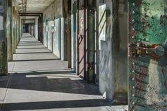 Långt och tomt hall i övergett militärt fort fotografering för bildbyråer