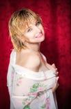 långt posera kvinnabarn för blont hår Royaltyfri Fotografi