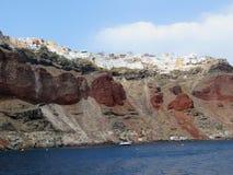 Långt skott av den röda stranden på Santorini, Grekland royaltyfri foto