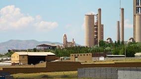 Långt skott av oljeraffinaderiet i Azerbajdzjan, Iran lager videofilmer