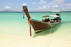 Långt svanfartyg i PhiPhiön Thailand Arkivbilder
