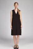 Långt svart silke för härliga för glamour sexiga för kvinna kläder för blont hår royaltyfri foto