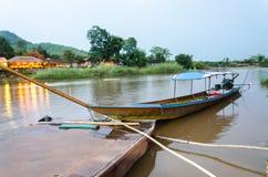 Långt tailed fartyg på den Kok floden i Thailand Royaltyfria Bilder