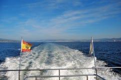Atlantic Ocean - spanjoren seglar utmed kusten Arkivfoton