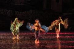 Långt utsatt och färgrikt foto av ballerina och baletterna som utför deras konst i en musikal arkivbilder
