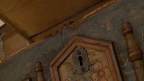 Lås av en gammal bröstkorg som öppnar ett gammalt träkabinett lager videofilmer