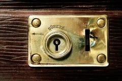 Lås av en gammal resväska Royaltyfri Bild