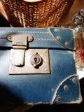 Lås för blå resväska för tappning mässings Royaltyfria Foton