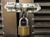 Lås för dörr för gammal tappning för Closeupmetall rostigt arkivbild