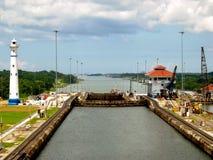 Lås för Panama kanal och fyrtorn Arkivfoton