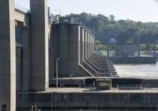 Lås och fördämning på Ohio River royaltyfri bild