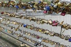 Lås på ett staket för bro s arkivfoton