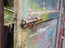 Lås på gammal dörr Arkivfoto